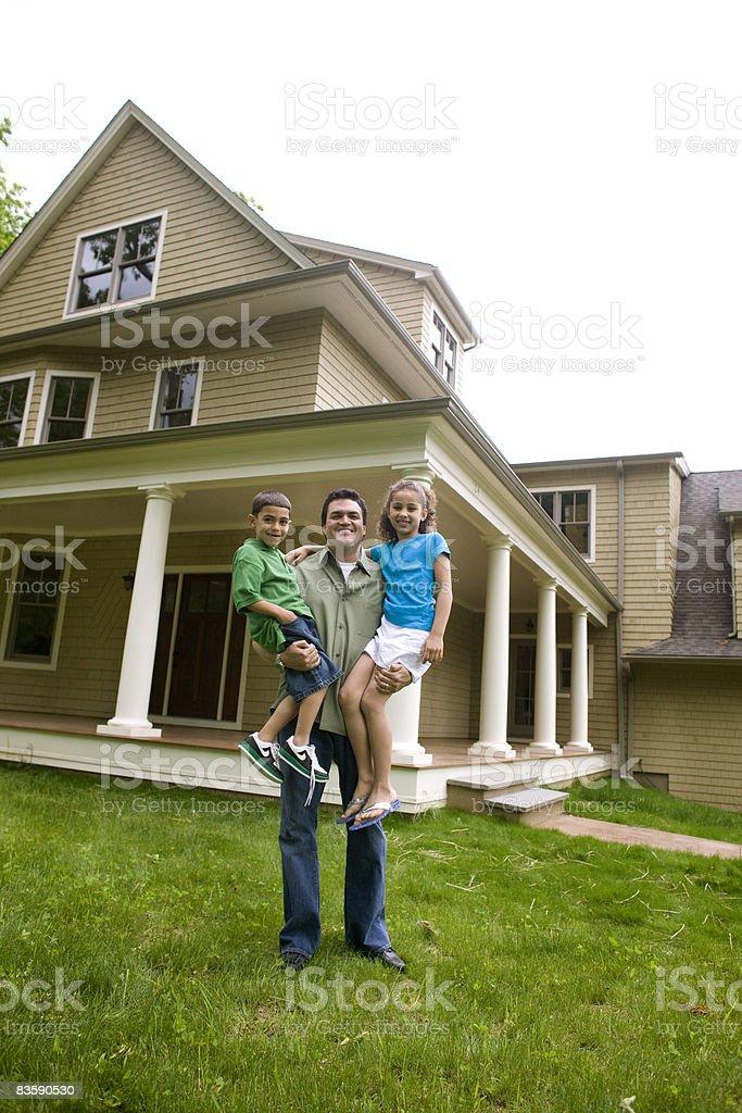Pojedynczy tata i dzieci z przodu nowy dom zbiór zdjęć royalty-free
