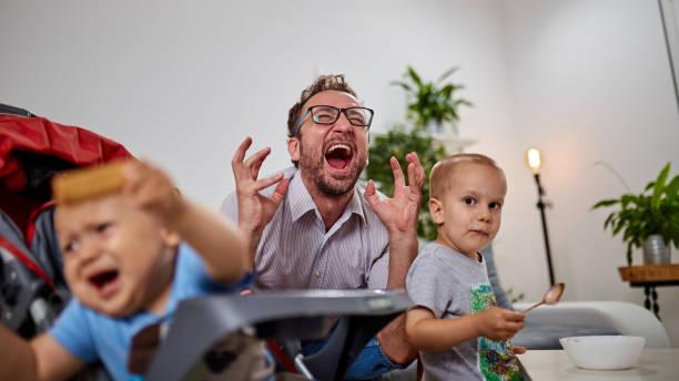 Single Papa geht Nüsse zu Hause mit zwei Jungen. – Foto