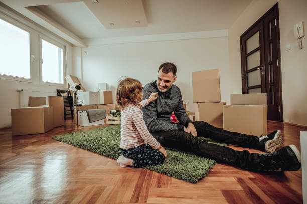Single dad moving to a new house with his daughter - foto stock