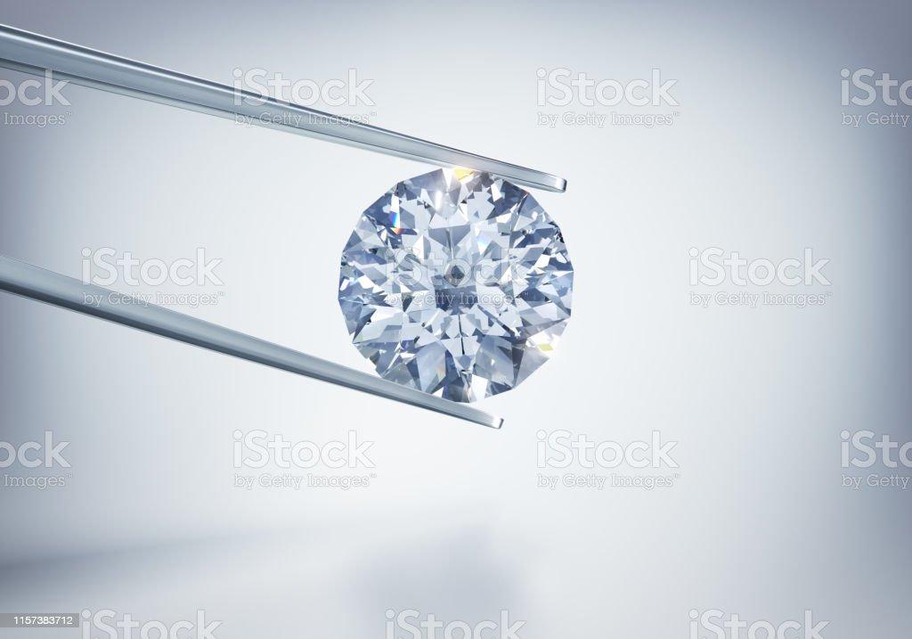 Diamant in Pinzette vor hellem Untergrund mit Schatten