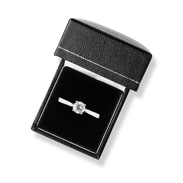 Single diamond solitaire engagement ring in black leather box - foto stock