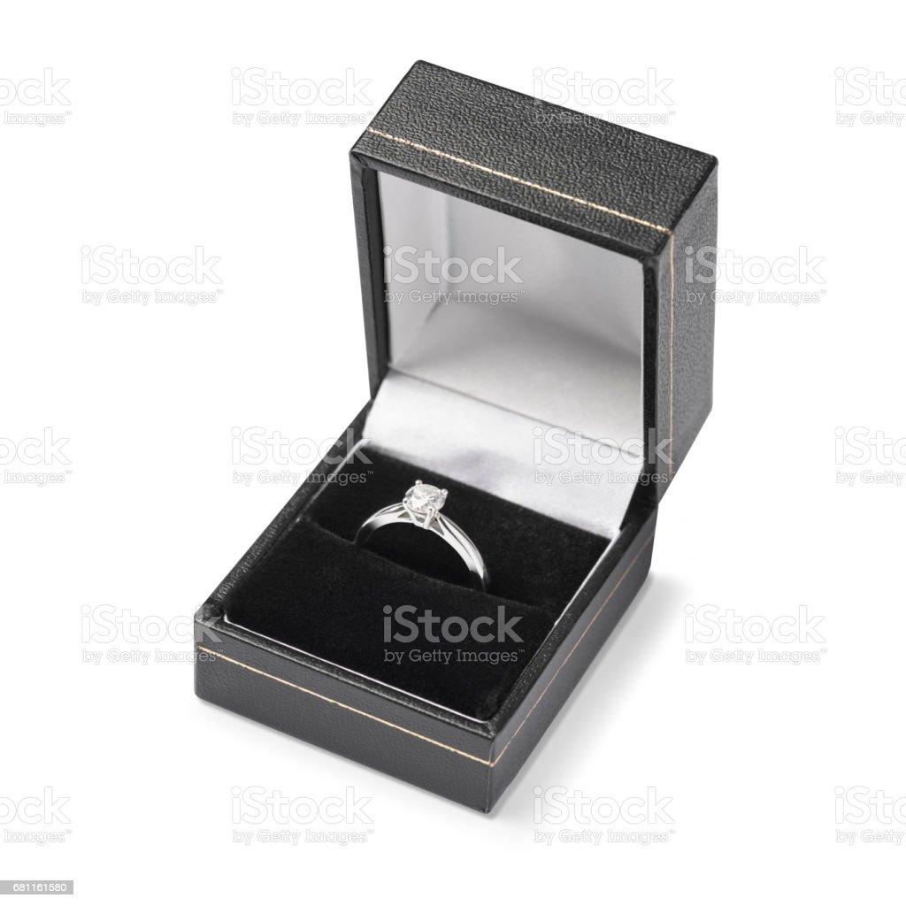 Único solitaire anel de noivado em caixa de couro preto - foto de acervo