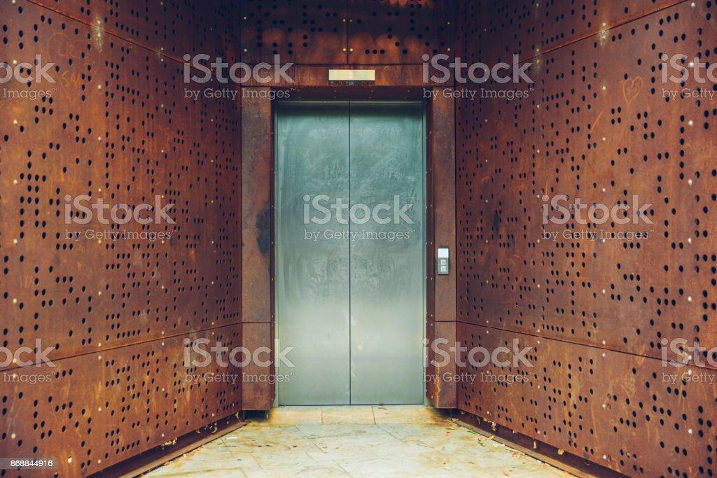 Sola puerta de ascensor fuera de rusty - foto de stock