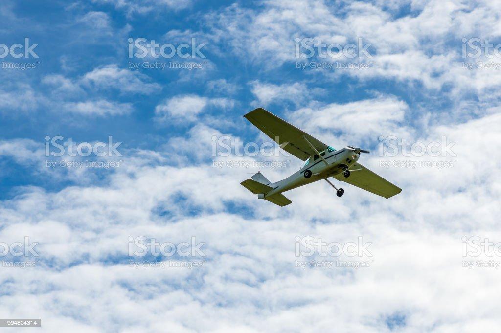 Motor-Sport-Flugzeug in der Luft vor Wolken – Foto