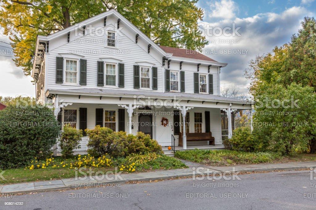 Maison avec bardage blanc extérieur et arbres en couleurs d'automne (feuillage) à New Paltz, vallée de l'Hudson, New York. - Photo