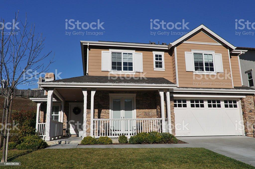 Einzelne Familie house zwei storys mit Zufahrt – Foto
