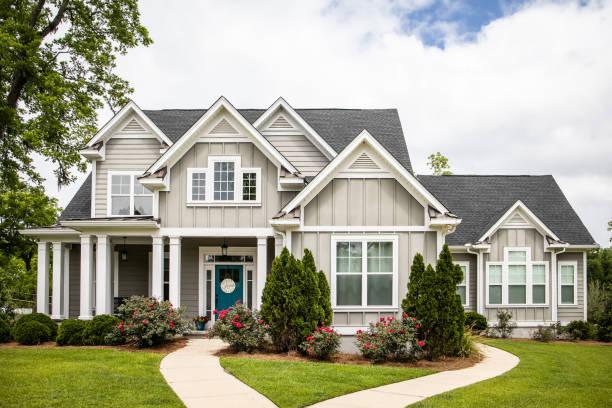 única casa nova da construção da família na vizinhança do suburb no sul - edifício residencial - fotografias e filmes do acervo