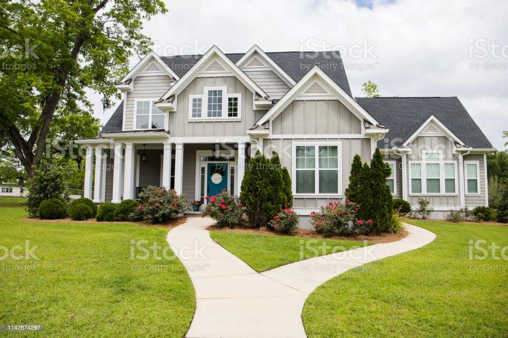 南方郊區社區的單身家庭新建築之家 - 免版稅住宅建築圖庫照片