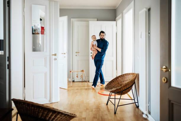 Einzigen Vater Baby durch Haus tragen – Foto