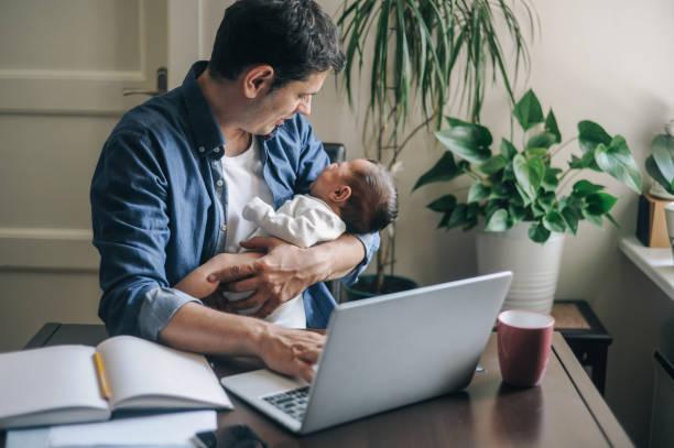 Ein alleinerziehender Vater, der von zu Hause aus arbeitet – Foto