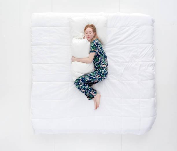 Einzelne Frau im Bett schlafen – Foto