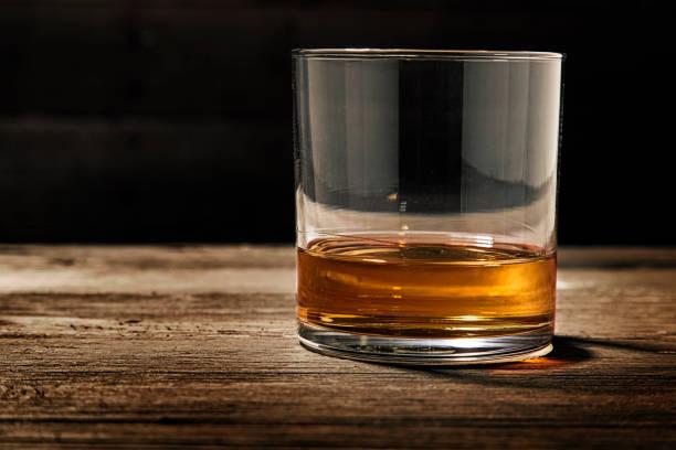 單玻璃直波旁威士卡酒 - 整齊 個照片及圖片檔