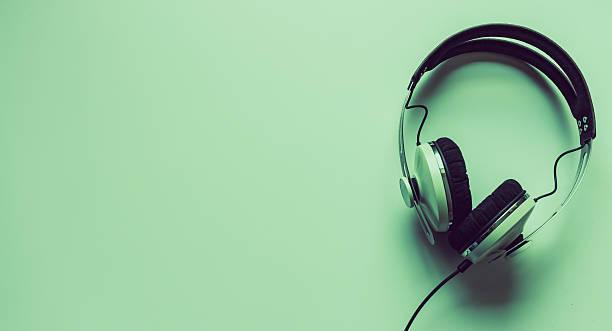 Single headphones on a table. – Foto