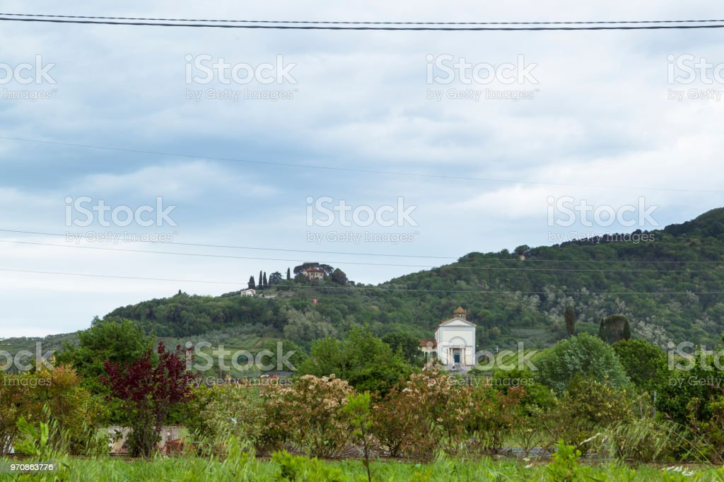 Freistehendes Haus in einer hügeligen Gegend in der italienischen Region Toskana – Foto