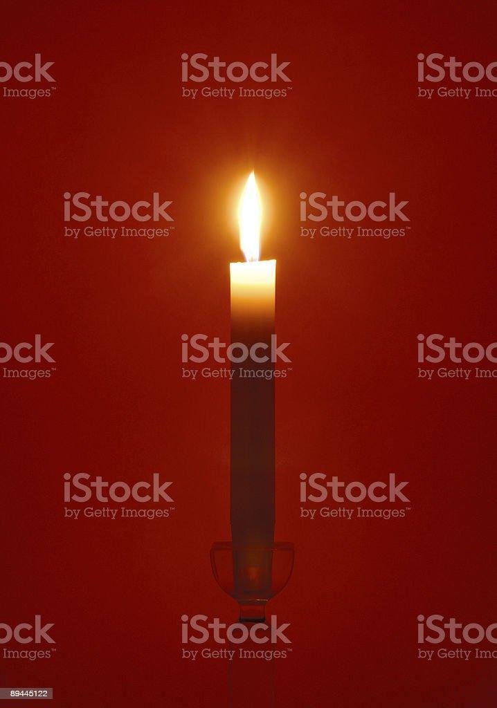 Einzelne Kerzen auf rotem Hintergrund Lizenzfreies stock-foto