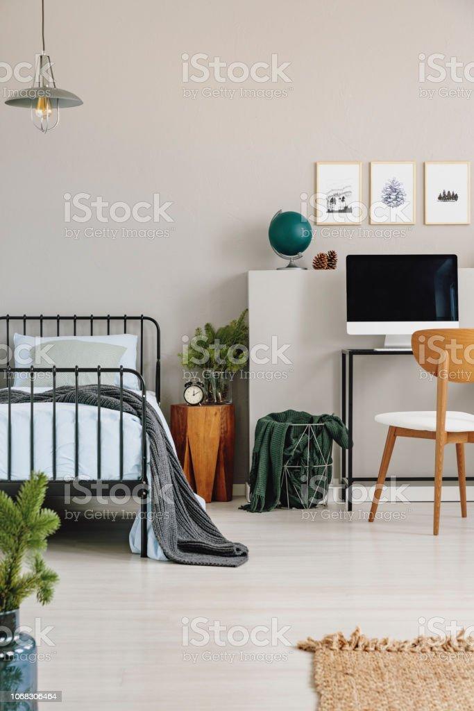 Metall Bett Mit Blauen Bettwasche Neben Holz Nachttisch Und