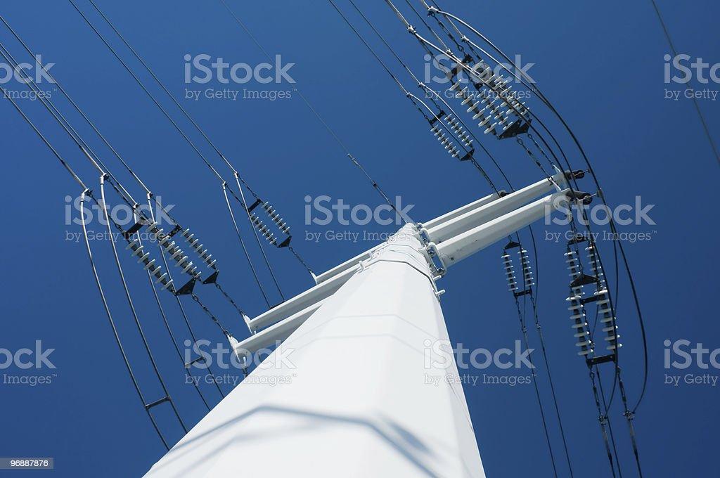 Eine moderne Hochspannungsmast mit blauem Himmel Lizenzfreies stock-foto