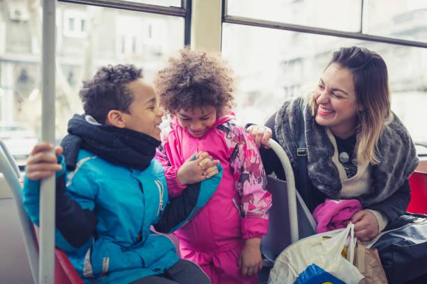 Alleinerziehende Mutter und ihre Kinder in öffentlichen Verkehrsmitteln – Foto