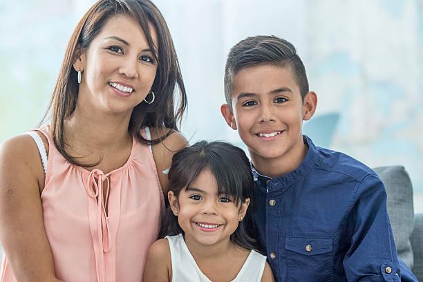 Eine Mutter sitzt mit Ihrer Kinder – Foto