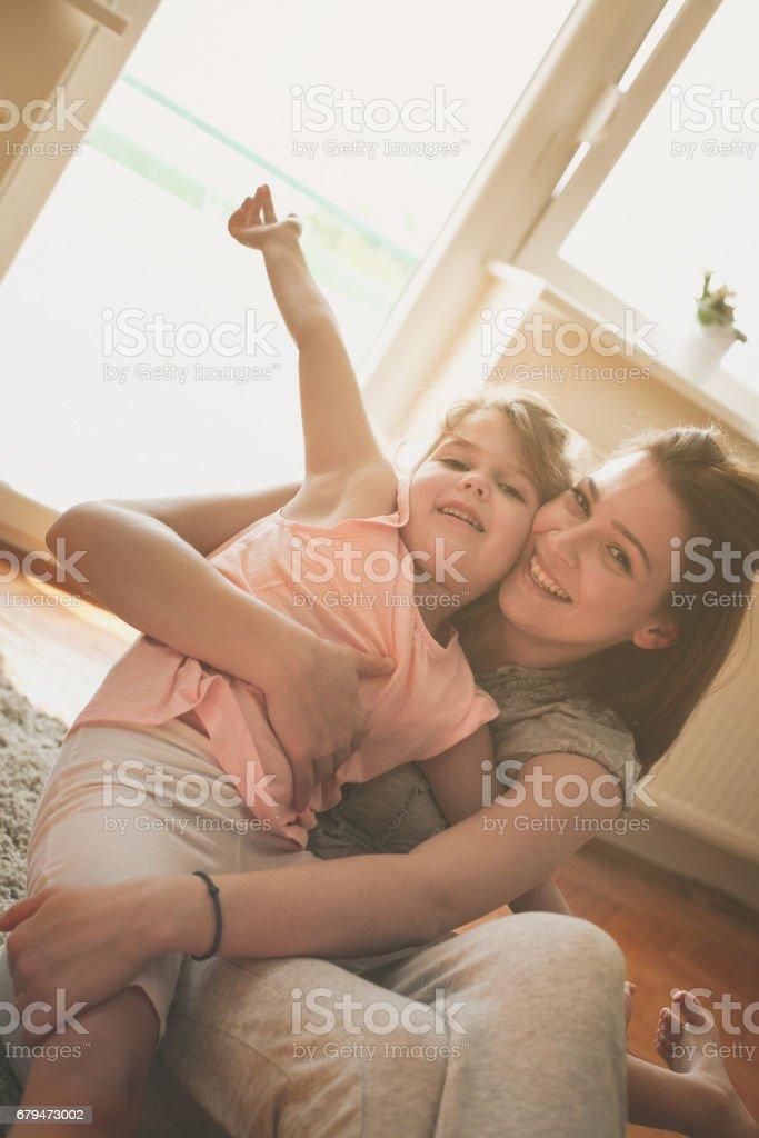 單身母親帶著她的女兒在家裡。 免版稅 stock photo