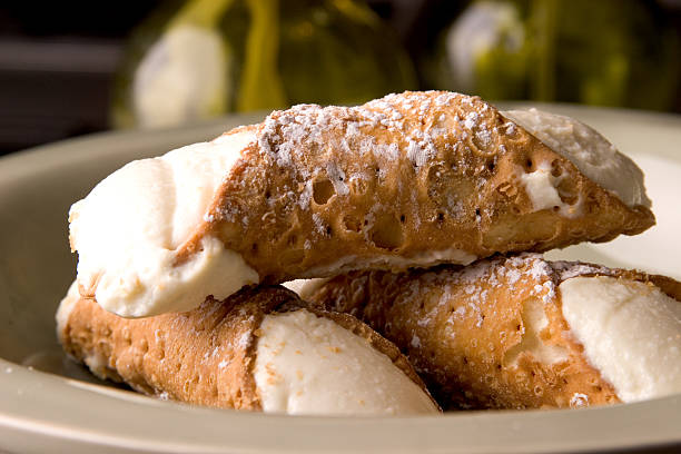 single portion of fresh, crispy cannoli desert  - 忌廉餅卷 個照片及圖片檔