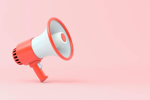 mégaphone électrique rouge et blanc simple avec une poignée se tient sur un fond rose - megaphone photos et images de collection