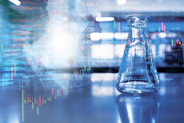 matraz de vidrio de ciencia única con tubo de retención científico de doble exposición en laboratorio azul de química con fondo de información del mercado de valores - biotecnología fotografías e imágenes de stock
