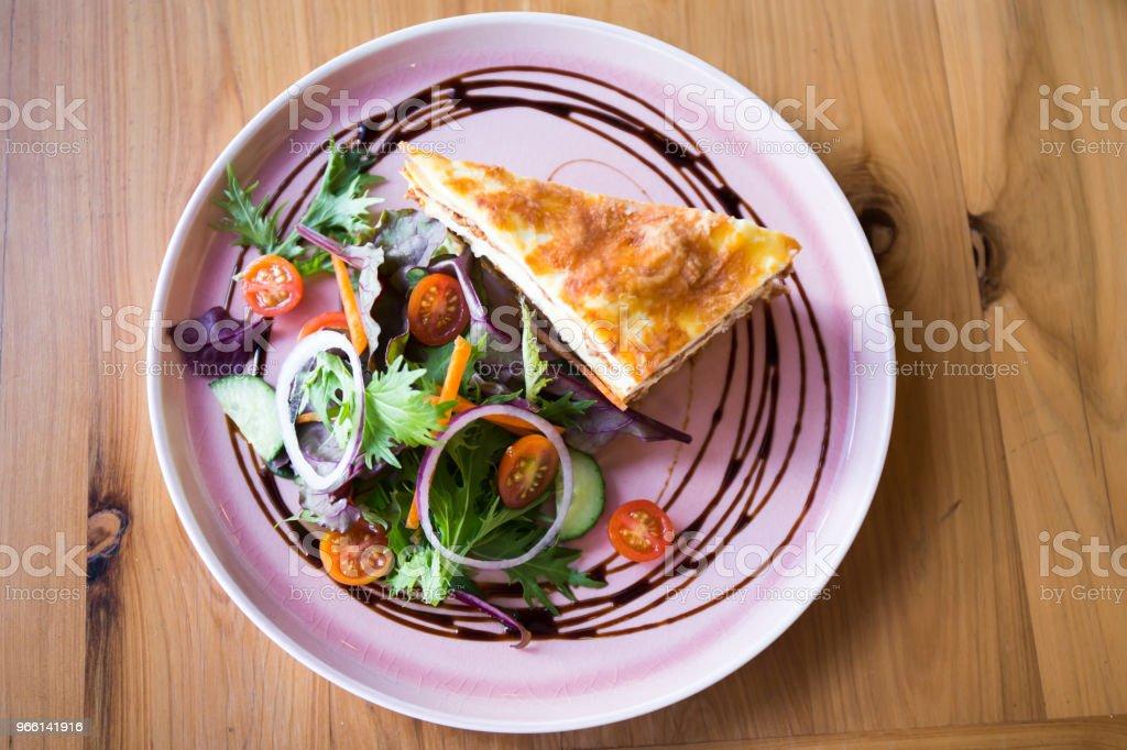 Sola porción de lasaña - Foto de stock de Albahaca libre de derechos