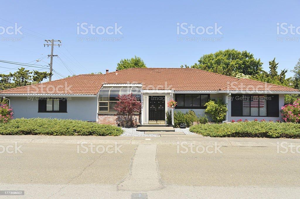 Einzelne Geschichte Familie Haus mit Zufahrt – Foto