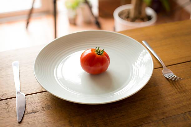 Single Tomaten auf einem Teller – Foto