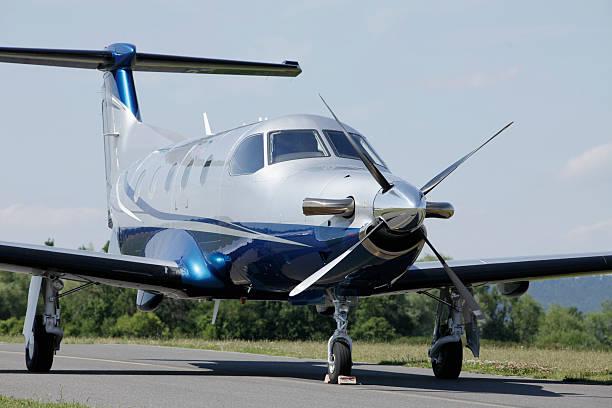 Einzelne Turboprop geparkten Flugzeuge auf der Landebahn entfernt. – Foto