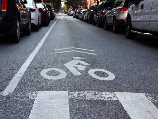 ungeschützten radfahrer einspurige auf städtische straße - fahrradwege stock-fotos und bilder