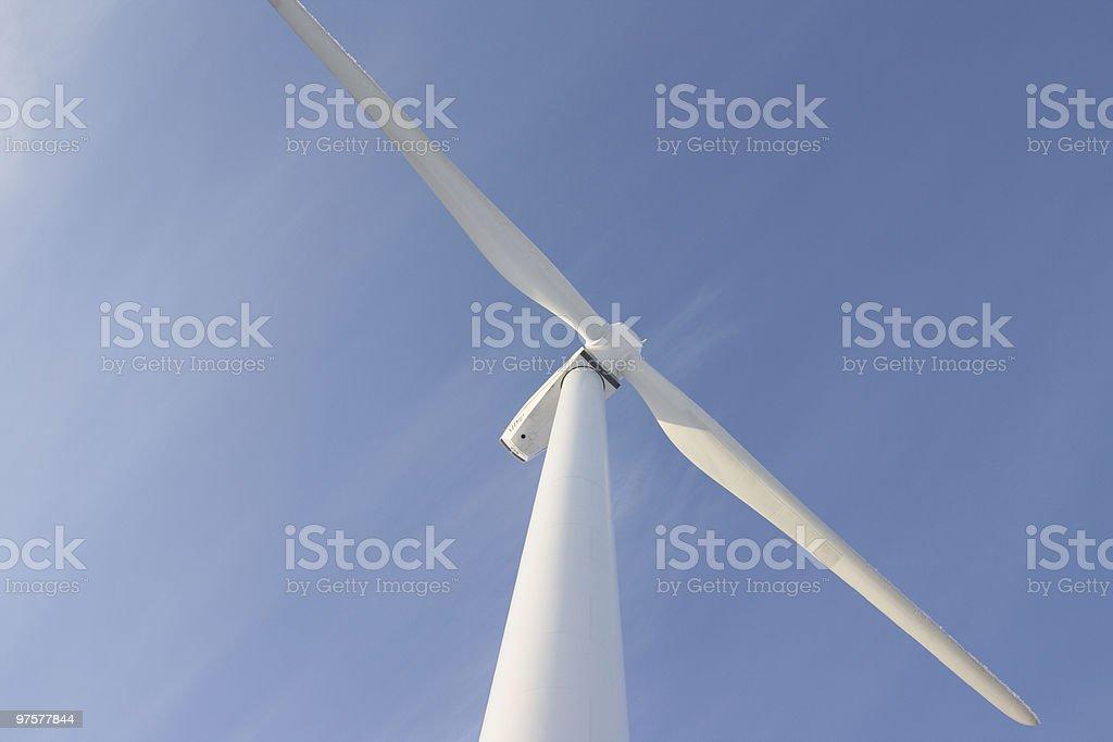 Une éolienne et ciel bleu en toile de fond photo libre de droits