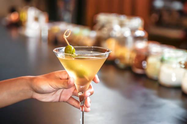 Seule femme buvant un martini sec seul dans un bar - Photo