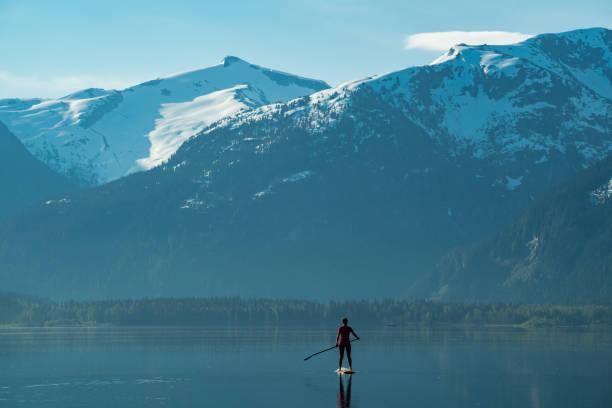 Single-Frau erkunden Natur Schönheit durch Paddleboard – Foto