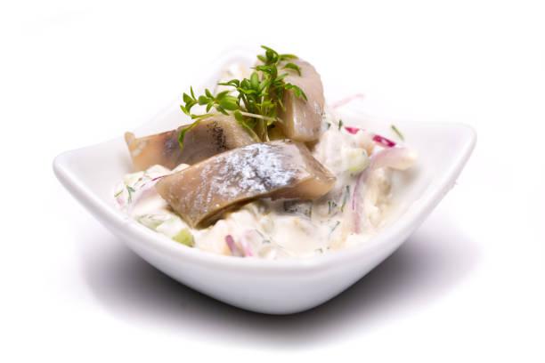 einzelne junge heringssalat in schälchen isoliert auf weißem hintergrund - heringssalat stock-fotos und bilder