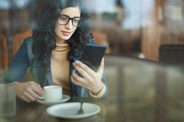 Einzelne junge Frauen im Restaurent. – Foto