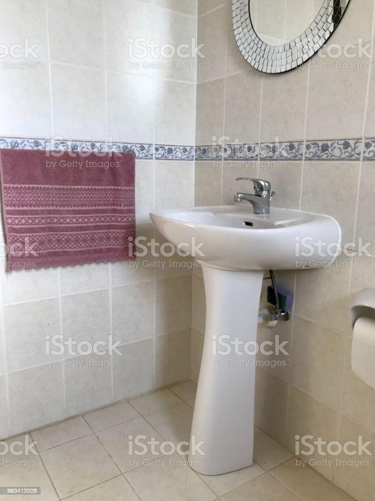 Serviette de lavabo et salle de bain - Photo de Baignoire libre de droits
