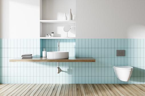 Foto de Pia E Banheiro Em Um Banheiro Azul E Branco e mais fotos de stock de Aconchegante