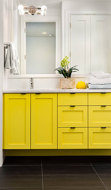 lassen sie sich im hauptbadezimmer in luxus-home - sanitäreinrichtung stock-fotos und bilder