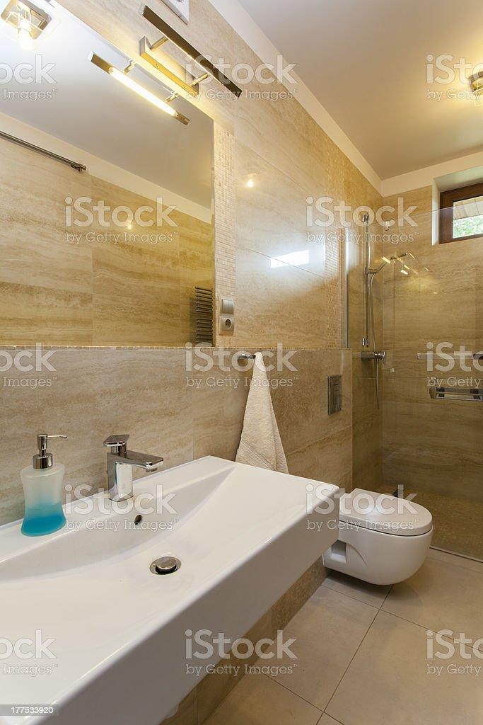 Lassen Sie Sich Im Modernen Badezimmer Stockfoto und mehr ...