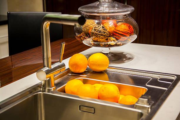 Lassen Sie sich in der Küche mit Ausstattung – Foto
