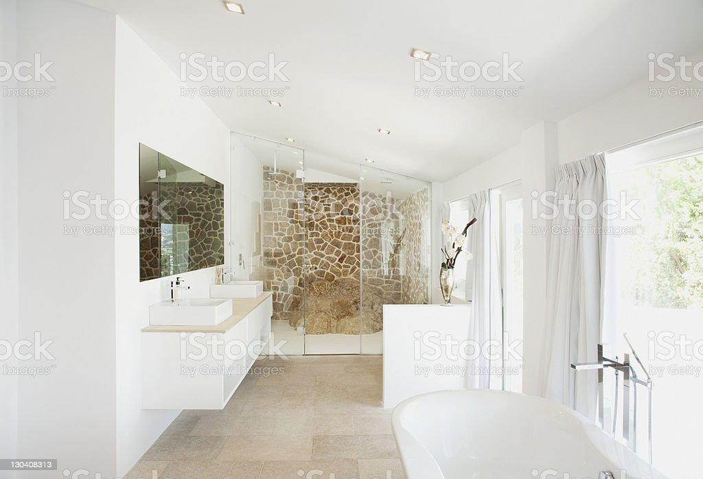Lavabo e vasca di bagno moderno fotografie stock e altre
