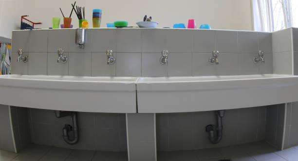 für die reinigung im kinderzimmer badezimmer waschbecken - kindergarten handwerk stock-fotos und bilder