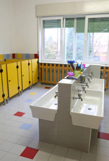 für die reinigung im kinderzimmer badezimmer ohne das kind sinkt - kindergarten handwerk stock-fotos und bilder