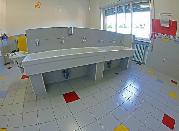 waschbecken für reinigung von kleinkindern in ein kinderzimmer - kindergarten handwerk stock-fotos und bilder