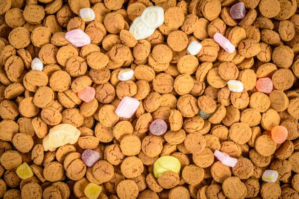 sinterklaas of sint nicolaas nederlandse kinder vakantie pepernoten snoep - kruidnoten stockfoto's en -beelden