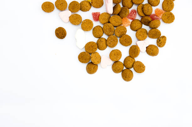 sinterklaas specerijen noten op witte achtergrond - kruidnoten stockfoto's en -beelden