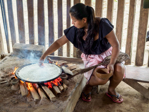 Siona Frau backt Brot aus Yucca – Foto