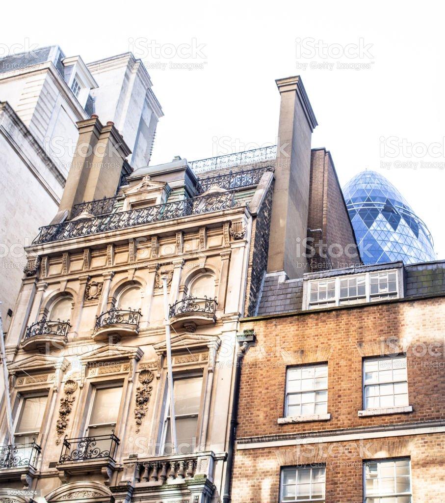 Sir Norman Foster edificio, apodado 'El pepino' asomando por encima de una fachada de oficina georgiana. - Foto de stock de Aire libre libre de derechos